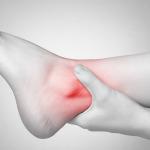 Caviglie gonfie cause: non solo ritenzione idrica